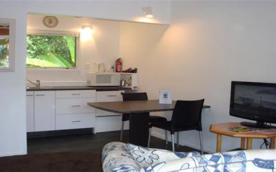 Colonial House Motel  | Call: Andrea & Alan on 09 4079106